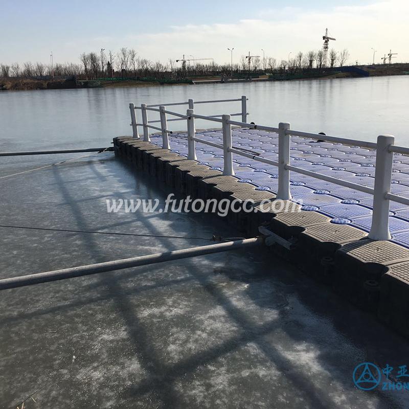 北方冰冻天气浮动码头